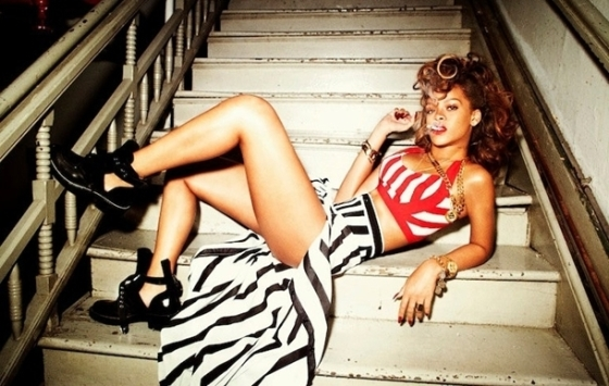 階段でポーズをとるリアーナ